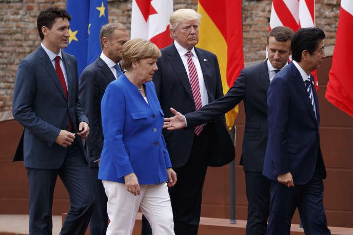 «Pour les travailleurs, et pour nos compatriotes de manière générale, il est incompréhensible que l'UE, forte de plus de 500 millions d'habitants, première puissance commerciale mondiale, peine à imposer des règles protectrices face au dumping industriel, alors que tous ses grands partenaires commerciaux le font». (Photo, de gauche à droite : le premier ministre canadien, Justin Trudeau, le président du Conseil européen, Donald Tusk, la chancelière allemande, Angela Merkel, le président américain, Donald Trump, le président français, Emmanuel Macron, et le premier ministre japonais, Shinzo Ab,e lors du sommet du G7 à Taormina (Italie), le vendredi 26mai).