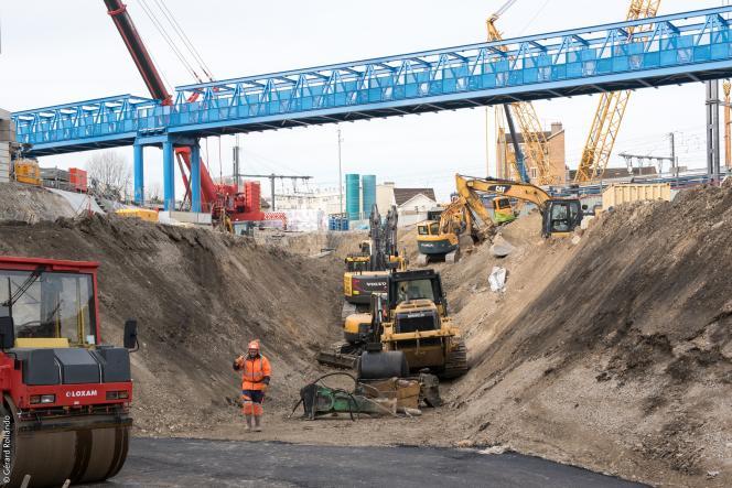 Le montage de la passerelle de la future gare du Grand Paris Fort-d'Issy-Clamart-Vanvesa été réalisé en plusieurs étapes, entre décembre 2016 et février 2017.