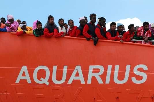 L'«Aquarius», affrété par l'ONG SOS-Méditerrannée, a dû parcourir plusieurs centaines de milles de plus que d'ordinaire afin de débarquer vendredi à Salerne (Campanie) les migrants secourus en mer mardi et mercredi dernier.