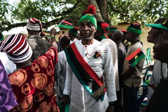 Des vétérans de la guerre civile nigériane, portant le drapeau rouge, noir et vert du Biafra, s'apprêtent à être reçus par le militant politique et dirigeant du Mouvement pour les peuples indigènes du Biafra (IPOB), Nnamdi Kanu, à Umuahia (sud-est), le 26 mai.