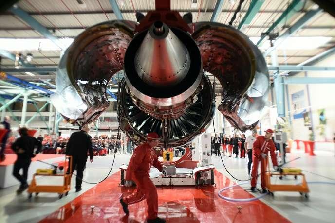 Des techniciens devant le moteur LEAP-1A , développé coinjointement par Safran et General Electric pour équiper les avions Airbus A320 Neo, le 15 avril 2016, à Colomiers près de Toulouse.