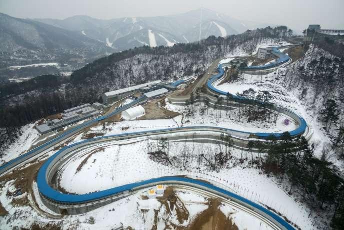 La piste de bobsleigh en construction sur le site des JO 2018, à Pyongcheang, en Corée du Sud, le 1er mars.