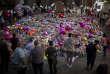 A Manchester , le 26 mai, devant les fleurs déposées en hommage aux victimes de l'attentat commis le 22 mai.