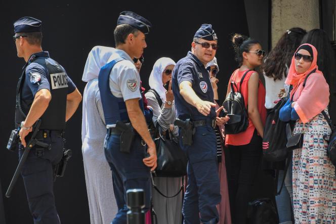 Des policiers devantl'hôtel de luxe Martinez où des femmes s'étaient rassemblées pour se baigner en burkini, vendredi 26 mai.