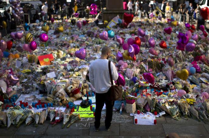 A Manchester, le 26 mai, devant les fleurs déposées en hommage aux victimes de l'attentat commis le 22 mai.