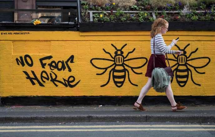 Un graffiti dans le centre de Manchester, endeuillée par un attentat, lundi 22 mai.