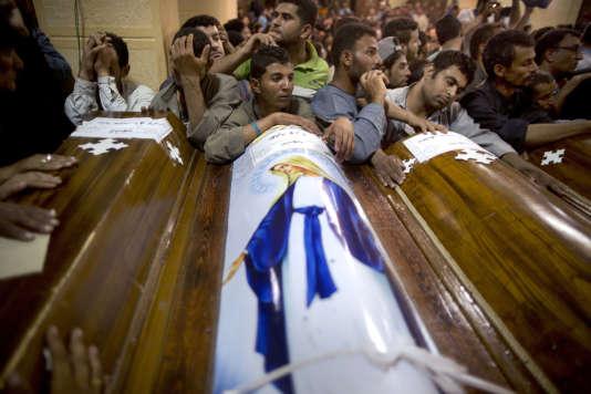 Service funéraire pour les victimes de l'attentat contre un bus de voyageurs chrétiens coptes à Minya (Egypte) le 26 mai.
