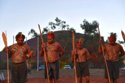 Des danseurs aborigènes lors de l'ouverture d'un sommet à Uluru, dans le Territoire du Nord, le 23 mai 2017.