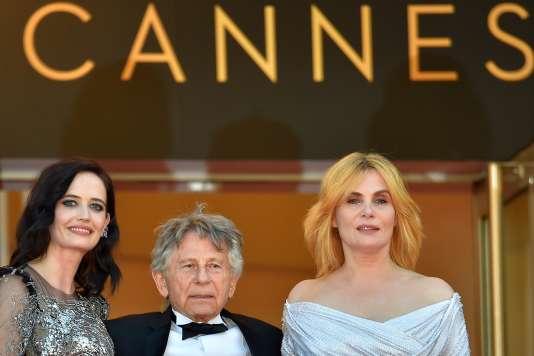 Le réalisateur Roman Polanski entouré par les actrices Eva Green (à gauche) et Emmanuelle Seigner lors de la montée des marches pour le film« D'après une histoire vraie» au 70e Festival de Cannes, le 27 mai 2017.