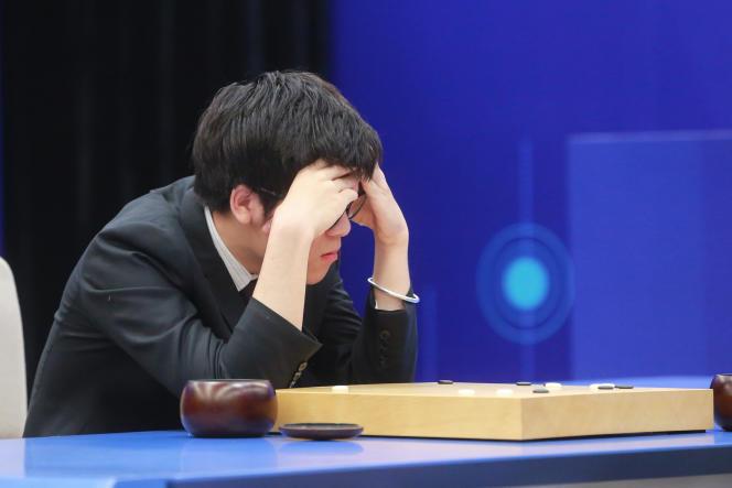 « Le programme d'intelligence artificielle AlphaGo a déjoué les pronostics de ceux qui pensaient qu'un ordinateur ne pourrait battre un joueur de go professionnel avant plusieurs décennies ». (Photo : Le meilleur joueur du monde de Go, le Chinois Ke Jie, en pleine réflexion lors de la dernière des trois rencontres d'exhibition jouées contre AlphaGo, le programme d'intelligence artificielle développé par Google. A Wuzhen (Chine), le 27 mai).