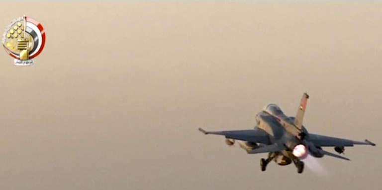 Sur cette image, extraite d'une vidéo fournie par l'armée égyptienne, un avion de chasse décolle d'un endroit tenu secret pour aller bombarder des «camps terroristes» dans la ville libyenne de Derna, le 26 mai.
