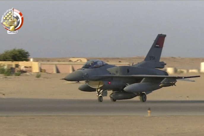 Un avion s'apprête à décoller d'une base égyptienne pour frapper des djihadistes qui se trouveraient à Derna, en Libye, le 26 mai.