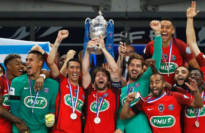 Les Parisiens soulèvent la coupe de France, le 27 mai à Saint-Denis.