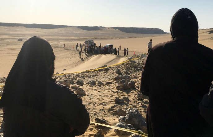 Des moines sur les lieux de l'attaque contre un bus transportant des chrétiens coptes à Minya (Egypte) le 26 mai.