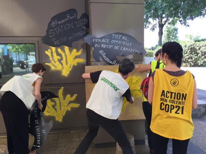A Paris, samedi 27 mai, des militants de Greenpeace et d'ANV-COP21 ont occupé une station-service Total pour dénoncer les projets pétroliers au large du Brésil de la compagnie française.