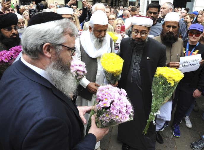 Le 28 mai, à Manchester. Hommage des communautés musulmane, juive et chrétienne aux victimes de l'attentat du 22 mai.