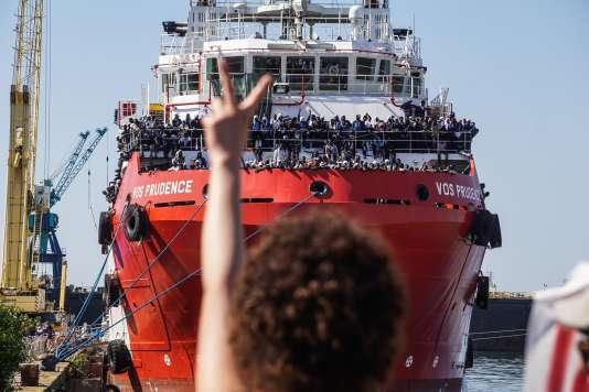 «Ce qui est indigne et qui ne marche pas, c'est de laisser à l'abandon dans les rues de Nice, de Paris ou de Calais des hommes et des familles en espérant que cela en dissuadera d'autres de les rejoindre» (Photo: le« VOS Prudence», bateau de MSF à Naples, le 28 mai).