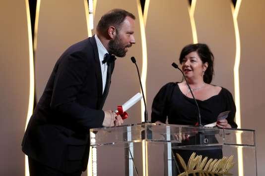 Le réalisateur grec Yorgos Lanthimos et la réalisatrice britannique Lynne Ramsay pour leur prix du scénario ex aequo au 70e Festival de Cannes, le 28 mai 2017.
