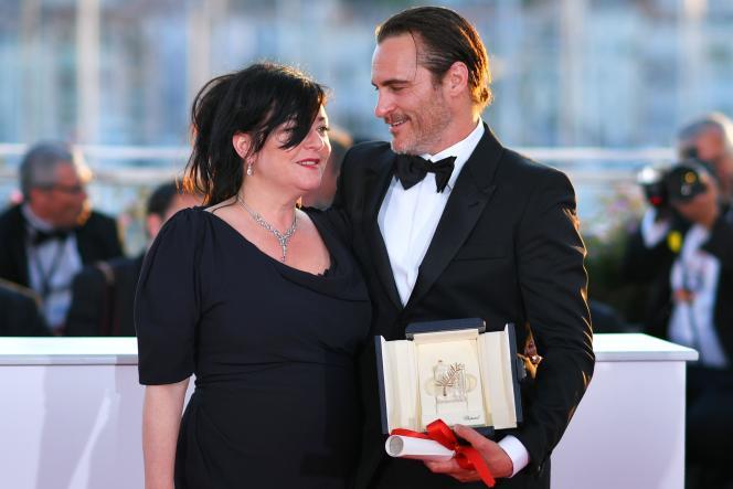 La réalisatrice britannique Lynne Ramsay, prix du scénarioex æquo, et l'acteur américain Joaquin Phoenix, prix d'interprétation masculine, pour le film« You Were Never Really Here» au 70e Festival de Cannes, le 28 mai 2017.
