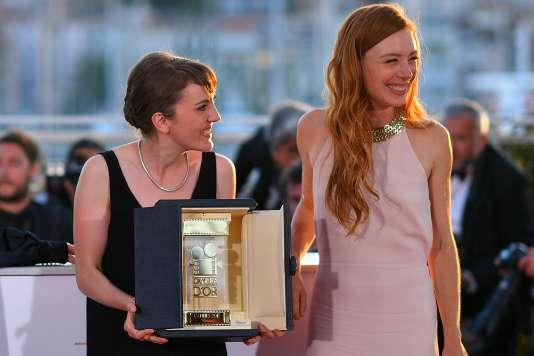 La réalisatrice française Léonor Serraille (à gauche) et l'actrice Laetitia Dosch avec la Caméra d'or pour le film« Jeune femme» au 70e Festival de Cannes, le 28 mai 2017.