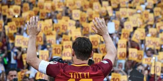 Le stade Olimpico a rendu hommage à son numéro 10, capitaine de la Roma depuis ses 22 ans.