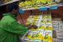 Réapprovisionnement d'un supermarché de Nairobi en farine de maïs, le 24 mai 2017.
