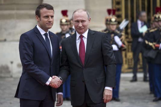 Emmanuel Macron, président de la République, accueille Vladimir Poutine au château de Versailles, lundi 29 mai.