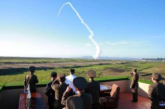 Le leader nord-coréen Kim Jong-un supervise un tir de missile antiaérien organisé par l'Académie des sciences de la défense nationale. Image non datée, diffusée par KCNA, l'agence de presse officielle du régime, le 28 mai 2017.