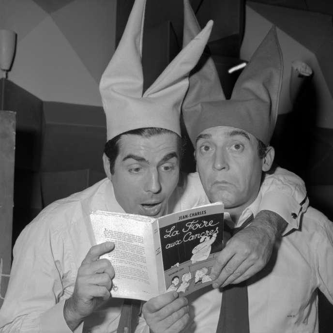 Jean-Marc Thibault, à gauche, et Roger Pierre sur la scène d'un cabaret parisien en 1950.