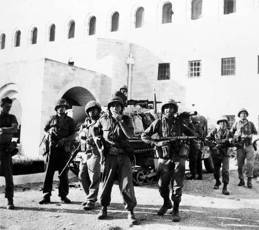 Des soldats israéliens dans la vieille ville de Jérusalem, jusqu'ici aux mains des Jordaniens, le 6 juin 1967.