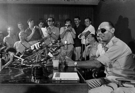 Le général Moshe Dayan lors de sa première conférence de presse en tant que ministre israélien de la défense,le 3 juin 1967.