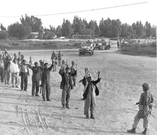 Des soldats égyptiens capturés par Tsahal, le 6 juin 1967.