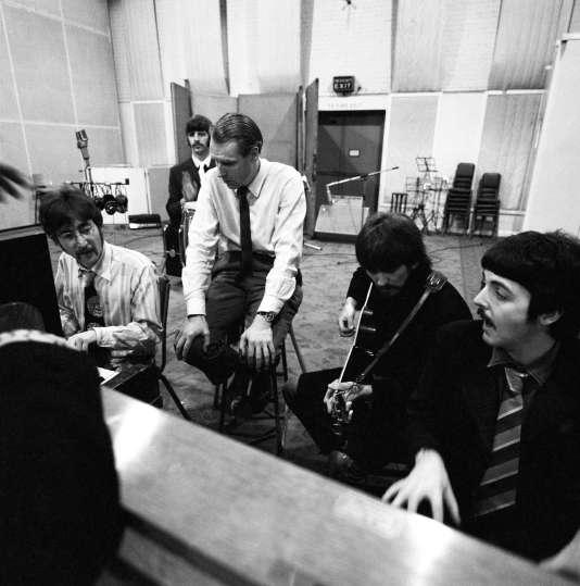 Les Beatles en studio (Abbey Road) avec leur producteur Georges Martin en 1967.