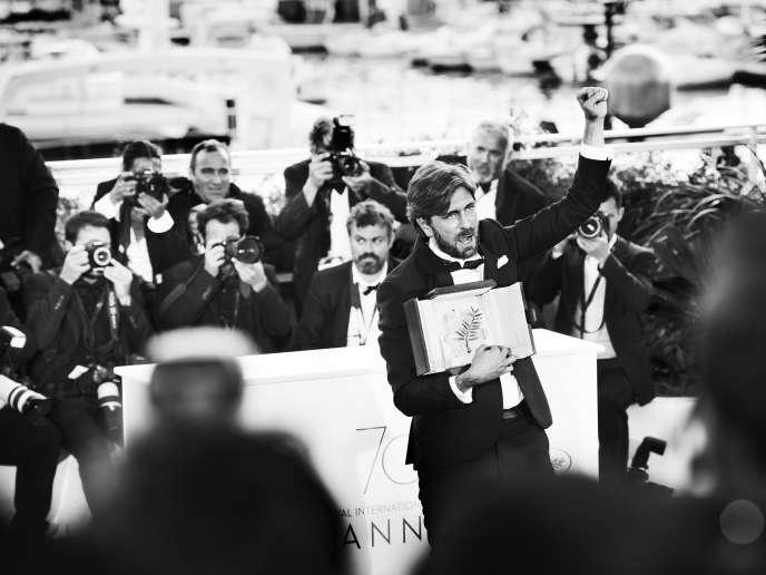 Le réalisateur suédois Ruben Östlund, devant les photographes avec la Palme d'or pour son film« The Square», le 28 mai.