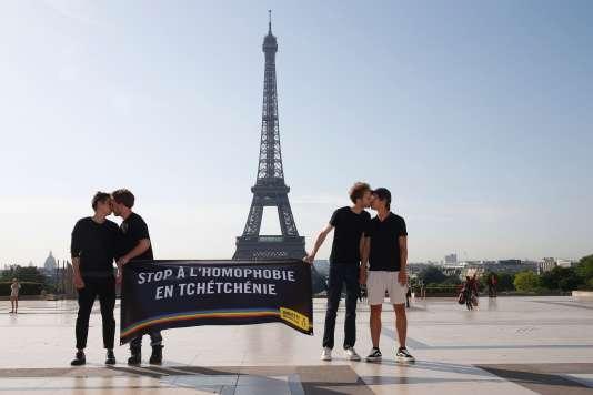 Des militants d'Amnesty s'embrassent et tiennent une banderole à Paris pour dénoncer les persécutions contre les homosexuels en Tchétchénie, le 29 mai.