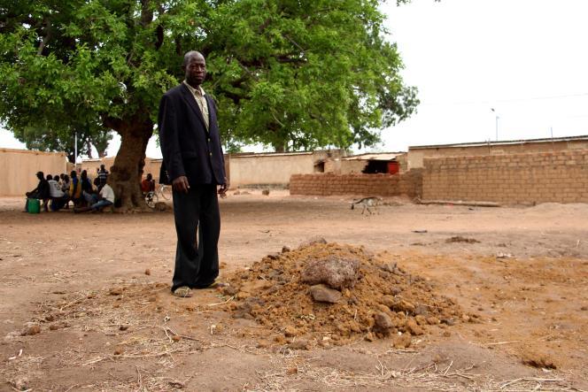 A Goundi, un villageois pleure la mort de son neveu, tué lors par un membre des milices kolgweogo le 19 mai 2017.