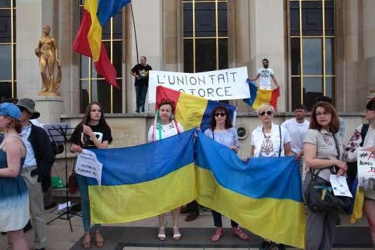 Des manifestants anti-Poutine brandissent des drapeaux ukrainiens et roumains, dimanche 28 mai au Trocadéro, à Paris.