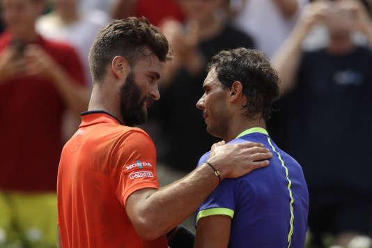 Benoît Paire a gardé le sourire au moment de la poignée de main avec Rafael Nadal, qui l'a écarté sans ménagement du tournoi de Roland-Garros, lundi 29 mai 2017.