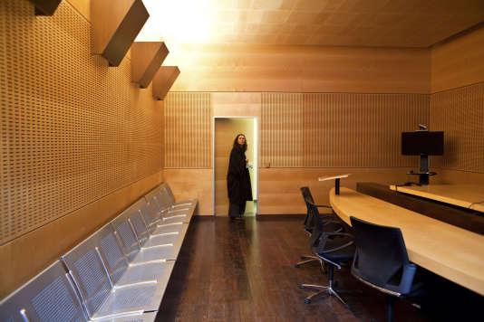 Roissy-en-France. TGI de Bobigny délocalisé dans la zone d'attente de Roissy ZAPI 3. Les locaux de la salle d'audience.