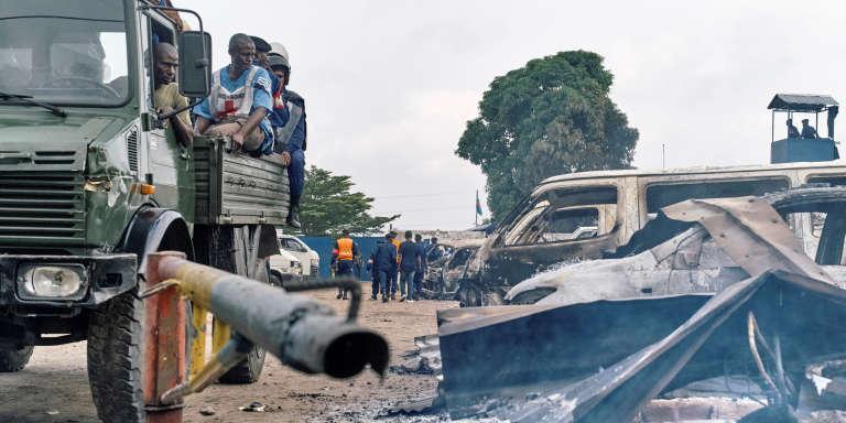 Des véhicules brûlés devant l'entrée de la prison de Makala, à Kinshasa, après l'attaque qui a permis à plusieurs milliers de détenus de s'évader dans la nuit du 16 au 17 mai 2017, dont le parlementaire Ne Muanda Nsemi.