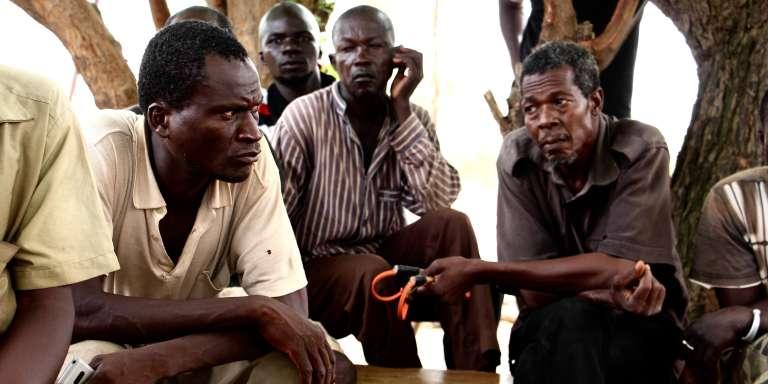 Dans le fief de l'association koglweogo du secteur 6 de Koudougou, une vingtaine de membres se sont réunis. Ils pleurent la perte de quatre de leurs hommes.