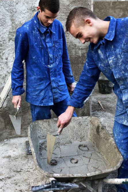 Patrice Terraz a photographié, avec empathie, les classes du lycée professionnel Alfred Sauvy, près de Perpignan. Ici deux élèves jouent au morpion dans le ciment pendant la classe.