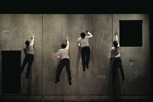 Les parois verticales de« Plan B», d'Aurélien Bory, présenté aux Nuits de Fourvière avec les étudiants du Centre national des arts du cirque.