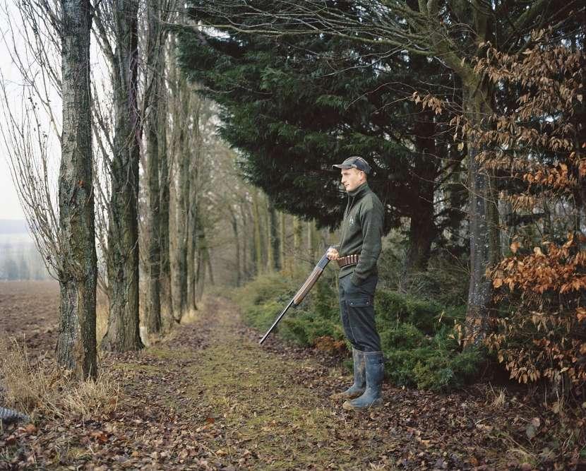 Dans« En Somme», Alexa Brunet suit des jeunes en milieu rural, en Picardie, dont Cédric qu'elle accompagne à la chasse auxpigeons.