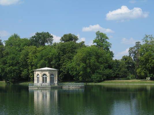 Le pavillon de l'étang des carpes et le jardin anglais du château de Fontainebleau.