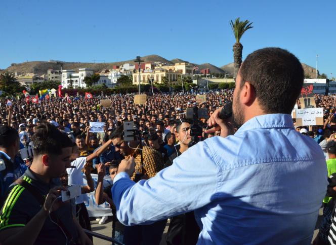 Des manifestants filment l'interventionde Nasser Zefzafi pendant un rassemblement à Al-Hoceïma, le 18mai.