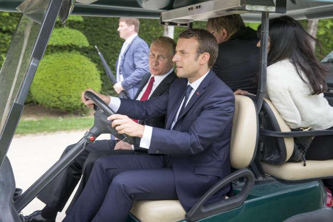 «La première séquence diplomatique d'Emmanuel Macron a été unanimement saluée. Poignée de main virile avec Trump, réception franche de Poutine à Versailles… Il s'inscrit dans le réalisme dont il se réclamait durant la campagne» (Emmanuel Macron reçoit Vladimir Poutine au château de Versailles, le 29 mai).