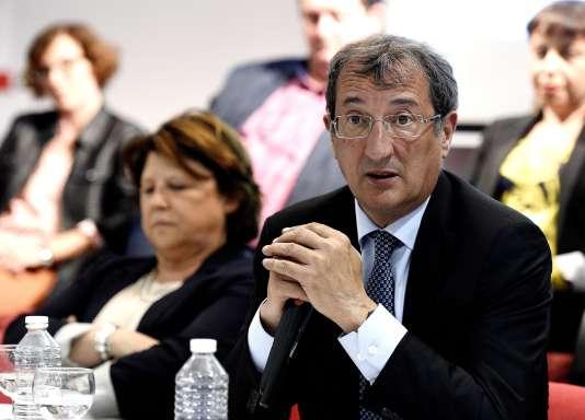 François Lamy, devant Martine Aubry, lors de la présentation des candidats aux élections législatives, à Lille, le 24 mai.
