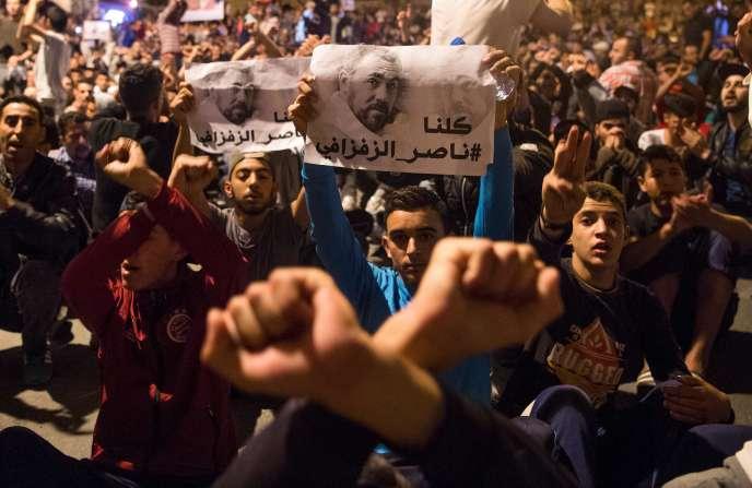 Des manifestants brandissent des affiches à l'effigie de Nasser Zefzafi, le leader du mouvement de contestation, après son arrestation, lundi 29 mai 2017.