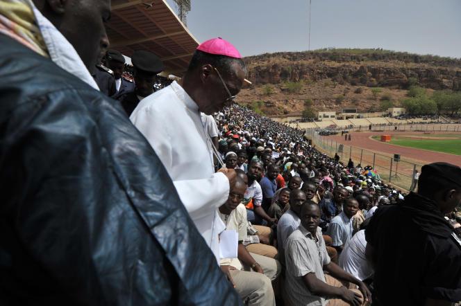 L'archevêque de Bamako Jean Zerbo arrive au Stade de l'amitié, en 2012, pour une prière pour la paix alors que les combats font rage au nord du pays.